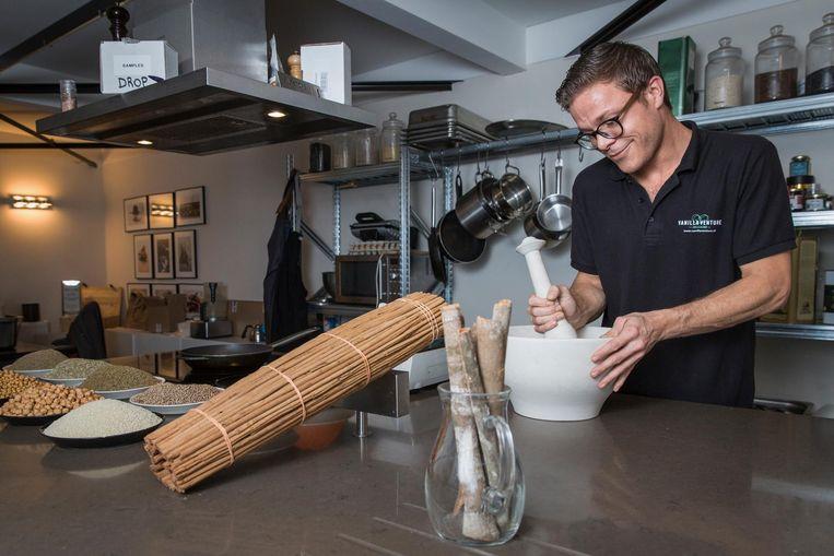 Medewerker Jouk Duivis maakt dukkah, een Egyptisch kruidenmengsel voor de productlijn Souq Beeld Dingena Mol