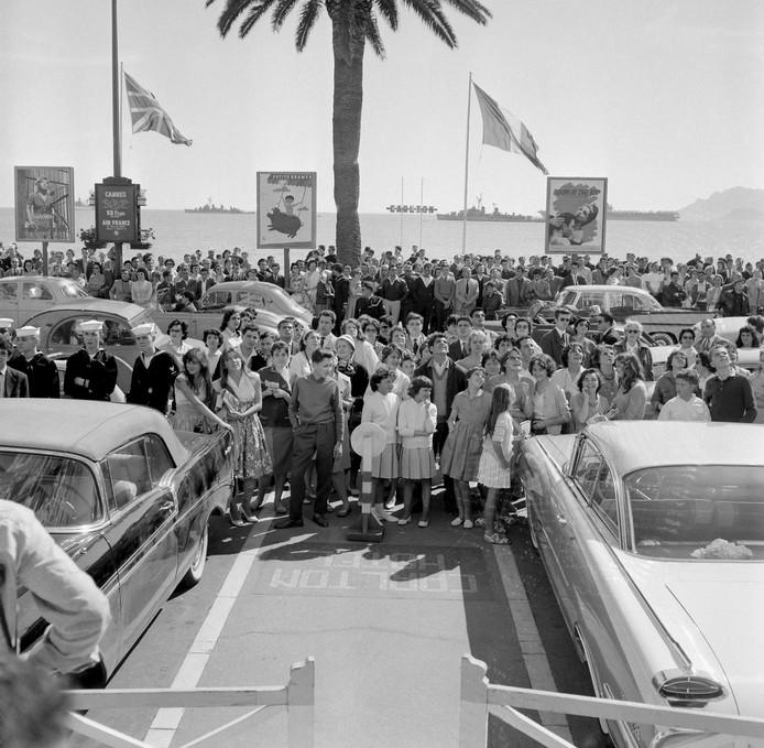 Fans en toeristen wachten in mei 1959 tijdens het Cannes International Film Festival op de sterren.