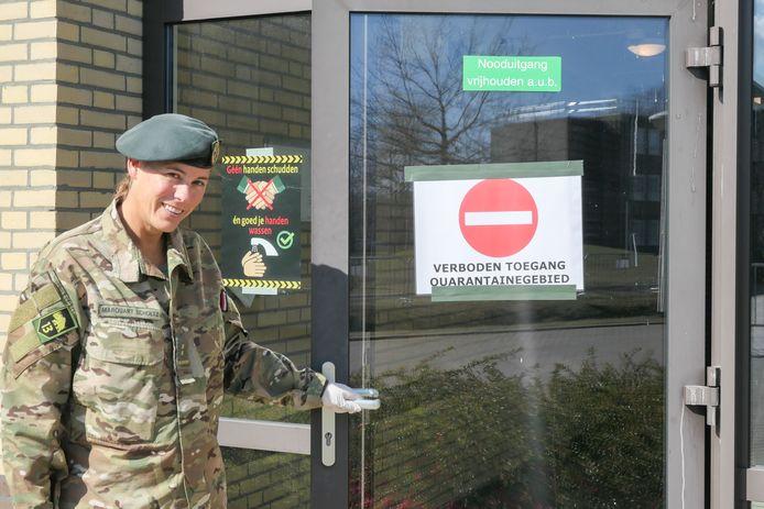 Luitenant-kolonel Liz Marquart Scholtz bij het afgesloten deel van de kazerne in Oirschot.