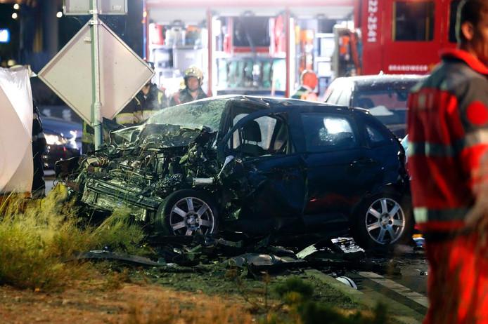 Een van de auto's die er flink gehavend uitzagen na het ongeluk