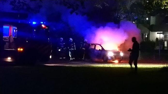 Gouda - Brandende auto in de wijk Bloemendaal op Oosthoef.
