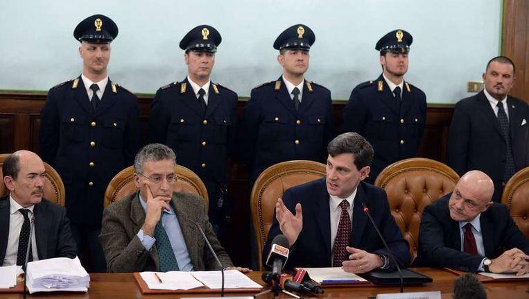 De codenaam van de operatie was 'New Bridge' en de Italiaanse politie heeft twee jaar onderzoek gedaan om deze operatie uit te kunnen voeren. Op deze foto de Amerikaanse aanklager William Nardini (2e van rechts) die wordt geflankeerd door Amerikaanse en Italiaanse collega's. Beeld afp