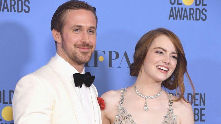 Ryan Gosling en Emma Stone met hun Golden Globes. Hun film 'La La Land' was de grote winnaar van de avond en verzilverde al haar zeven nominaties, een historische prestatie.