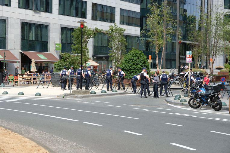 Agenten bewaken de omgeving van het Schumanplein.