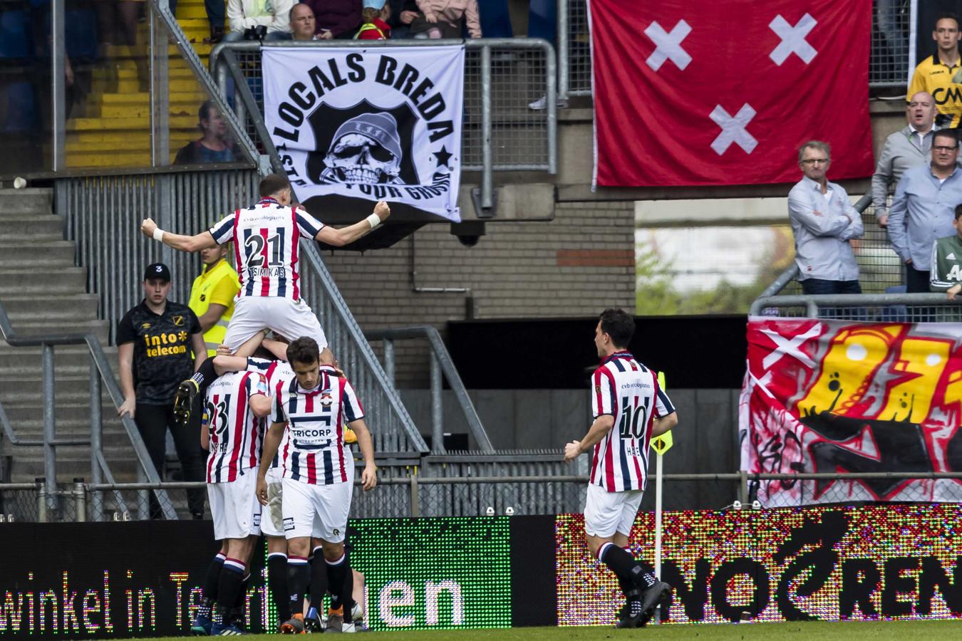 Ben Rienstra gaat op de schouders bij medespelers nadat hij Willem II in Breda op een 1-2 voorsprong heeft gezet tegen NAC.