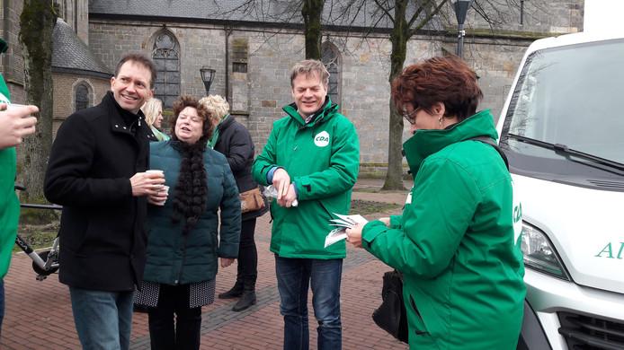 Het CDA op verkiezingstournee door Noordoost Twente. Statenlid Bouwien Rutten (r.) wordt vergezeld door gedeputeerde Eddy van Heijum (l.) en Kamerlid Pieter Omtzigt.