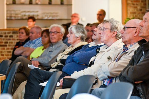 De buurtvergadering van het actiecomité Bad Smell Hoogveld lokte veel belangstelling van buurtbewoners.