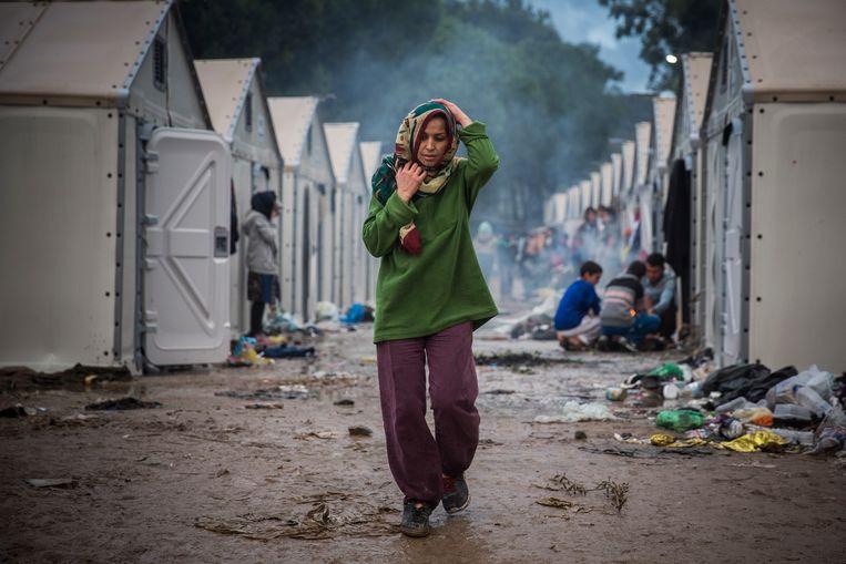 Een vrouw in het Moria-vluchtelingenkamp op Lesbos in 2015.