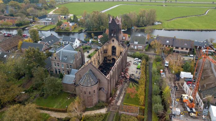 De toren van de door brand getroffen kerk in Hoogmade is stabiel, twee muren zijn dat niet.