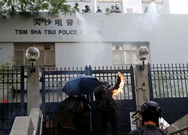 De politie vuurde traangas af op een menigte activisten buiten het politiebureau van Tsim Sha Tsui.