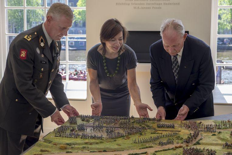 Broers plaatst een maquette van de Slag bij Waterloo met generaal-majoor Marc van Uhm (links) en maker Piet Prinsen (rechts), juni 2015. Beeld Herman Wouters
