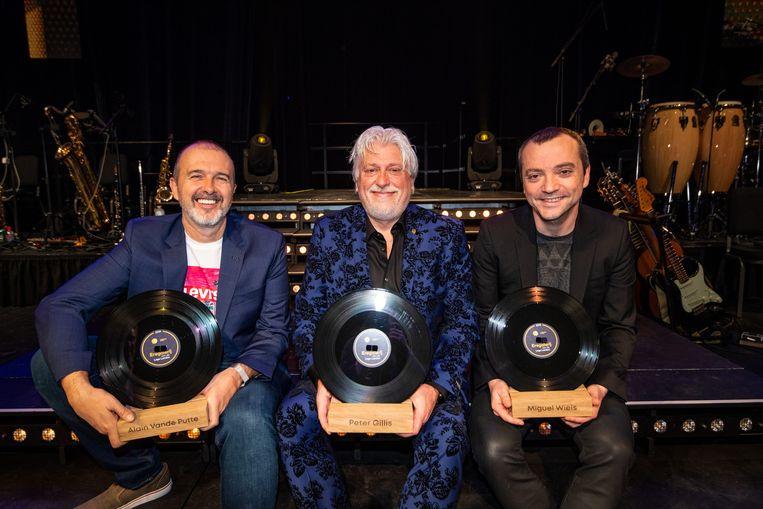 Tekstschrijver Alain Vande Putte, producer Peter Gillis en componist Miguel Wiels met hun award.