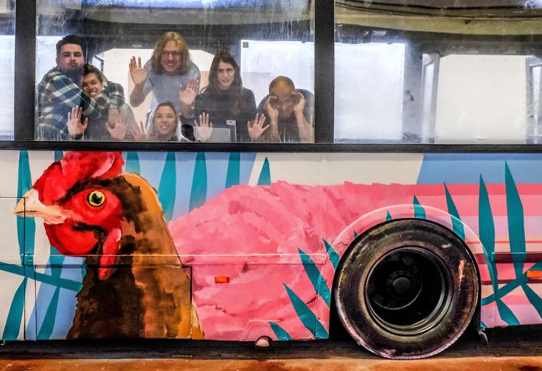De gasten van het Ieperse JOC in hun partybus.