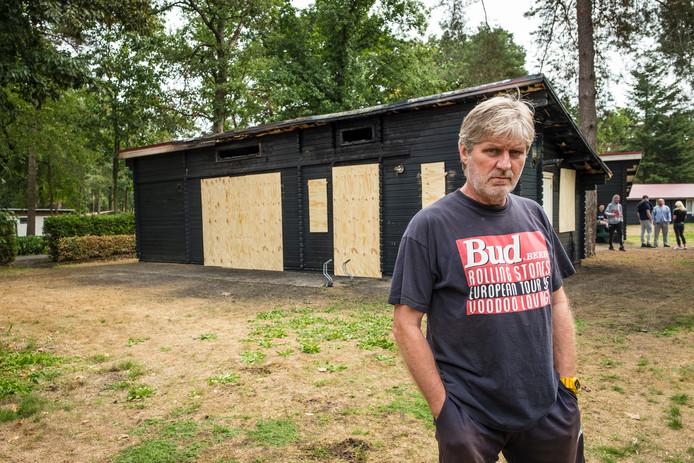 Beheerder Pim Hameling van De Heidehoek voor het uitgebrande chalet.