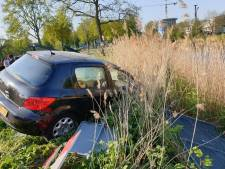 Flinke schade bij botsing, auto op talud kanaal
