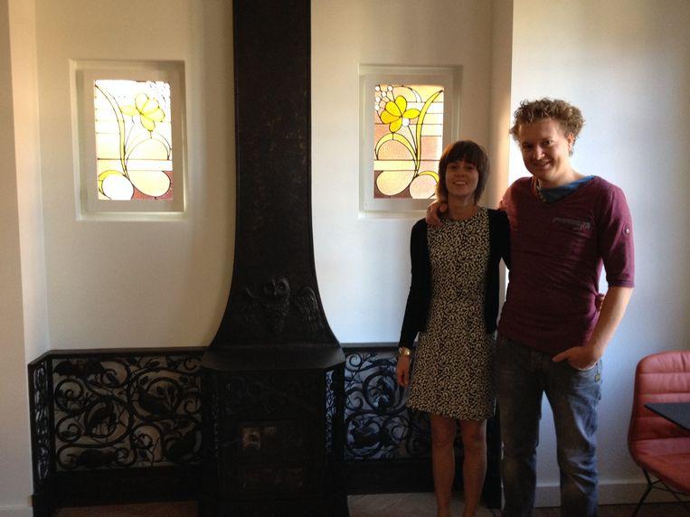 Ann Mathijssen en Bram Van Gool bij het unieke smeedijzeren haardvuur in Huize Alberic.