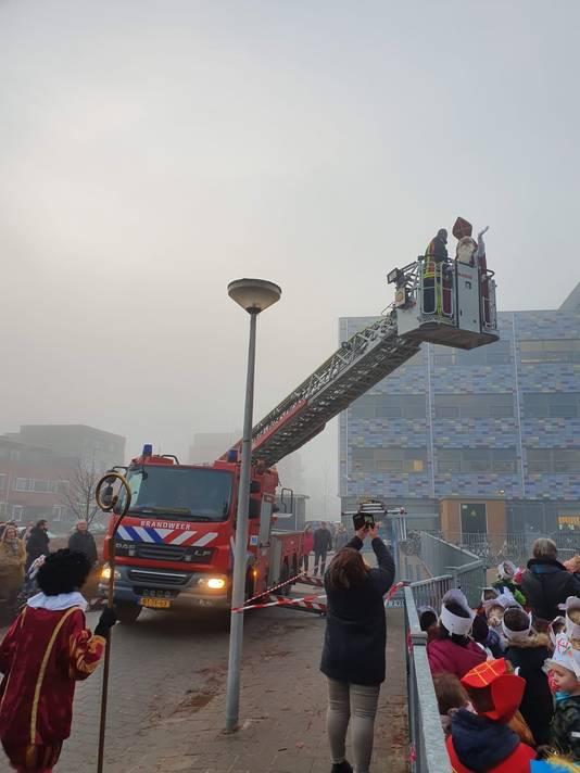 Kinderen en leerkrachten werden vanmorgen getrakteerd op een indrukwekkende aankomst van Sinterklaas en zijn pieten. De pieten verlieten het dak via de steiger, Sinterklaas durfde niet zo naar beneden. Voor hem werd de brandweer gebeld die hem met de ladderwagen van het dak haalde.