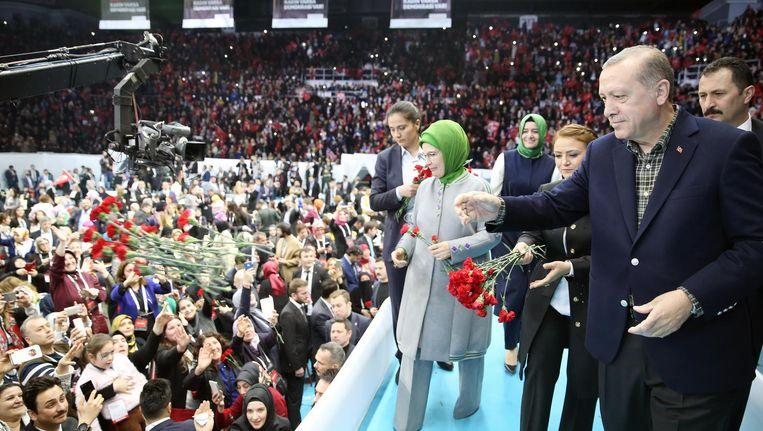 Erdogan en zijn vrouw Emine gooien bloemen naar vrouwelijke supporters op de Vrouwen en Democratie-bijeenkomst in Istanboel, 5 maart. Beeld epa