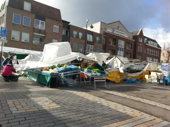 Een windvlaag sloeg onder het zeildoek van een marktkraam in Helmond.