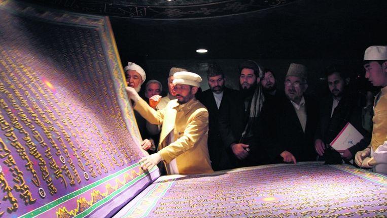 Het grootste exemplaar van de Koran ter wereld weegt vijfhonderd kilo en bevindt zich in Kaboel, Afghanistan. Er is vijf jaar aan gewerkt om dit islamitische heilige boek te vervaardigen. Beeld EPA