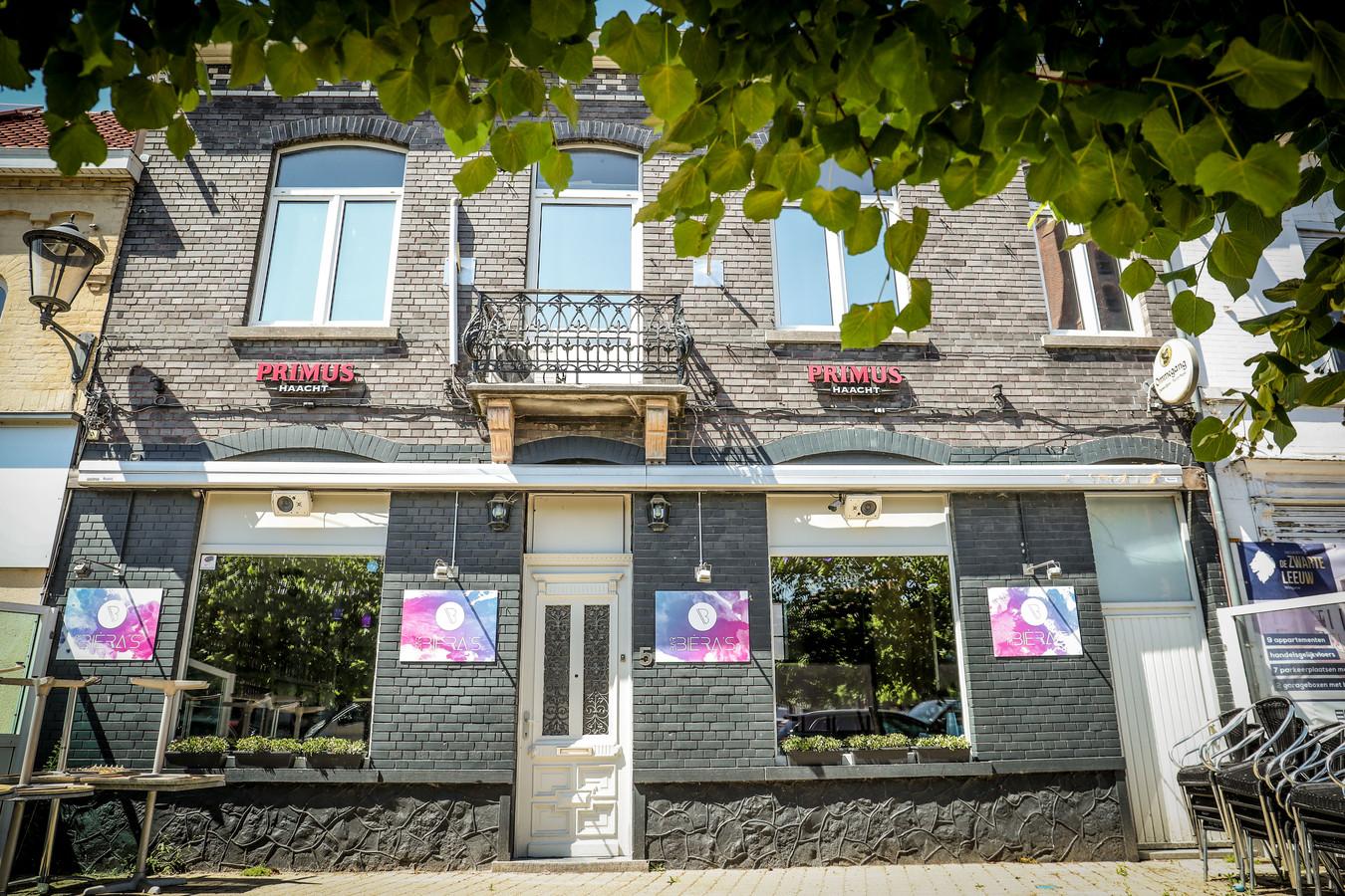 Op Kerkplein 5 opende Chiara Bar Bièra's. Een danscafé, want de jeugd in Wingene heeft daar nood aan.