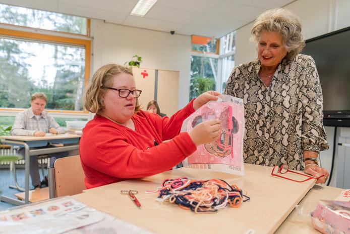 Henny Verbeek verzorgt creatieve activiteiten voor cliënten van De Paraplu.