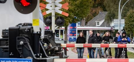 Ergernis blijft: voorlopig nog lang wachten bij de overgang spoor in Wijchen