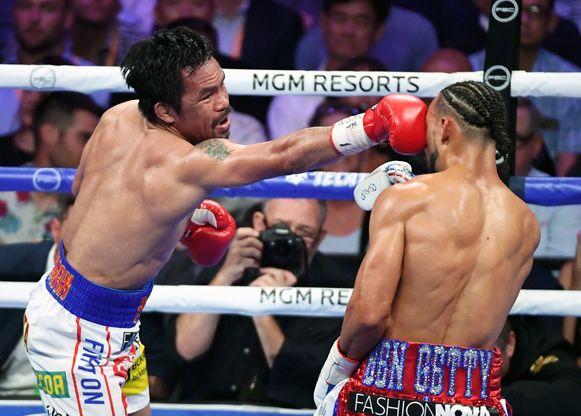 Manny Pacquiao haalt uit. De Filipijnse bokslegende haalde het op punten.