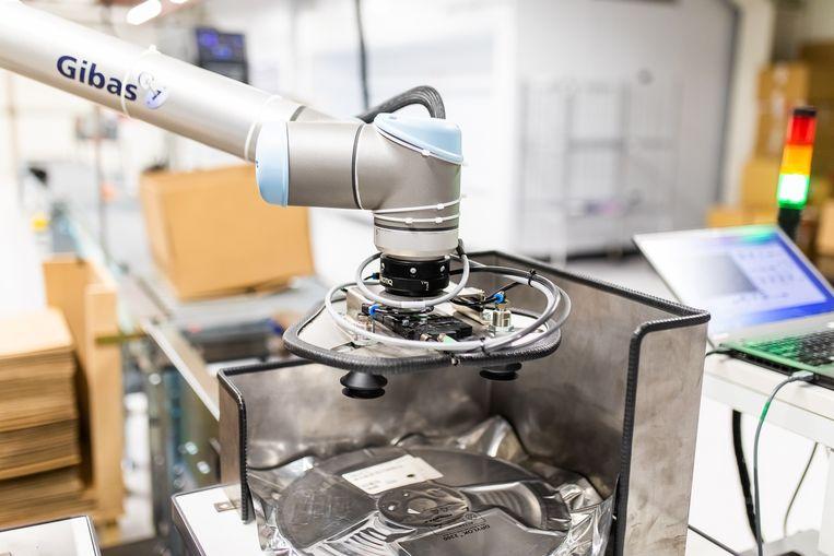 Een cobot (collaborative robot) aan het werk (Melexis, Ieper).