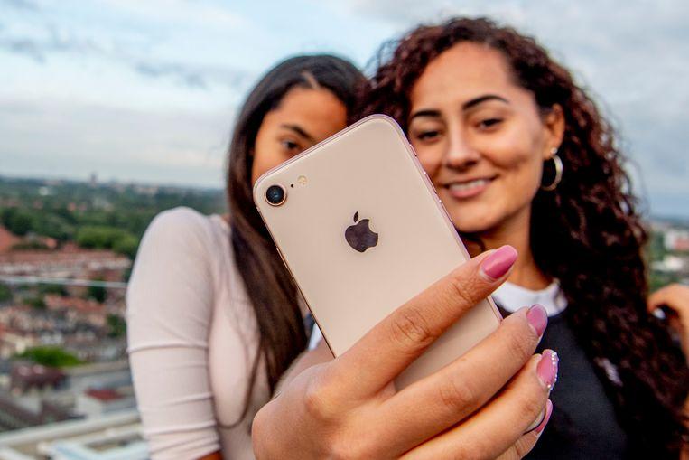Twee tieners maken een selfie.