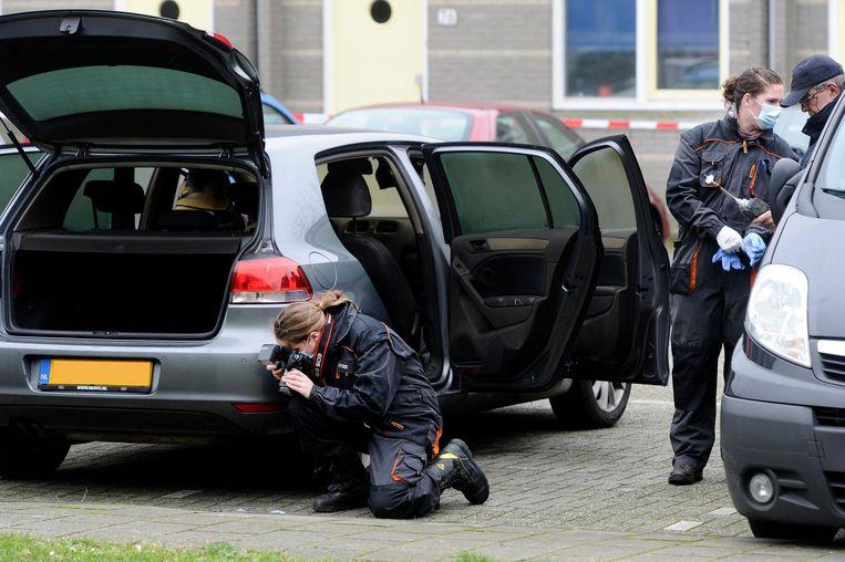 Op de Reizigersweg in Amsterdam-Noord werd de vluchtauto aangetroffen. Beeld anp