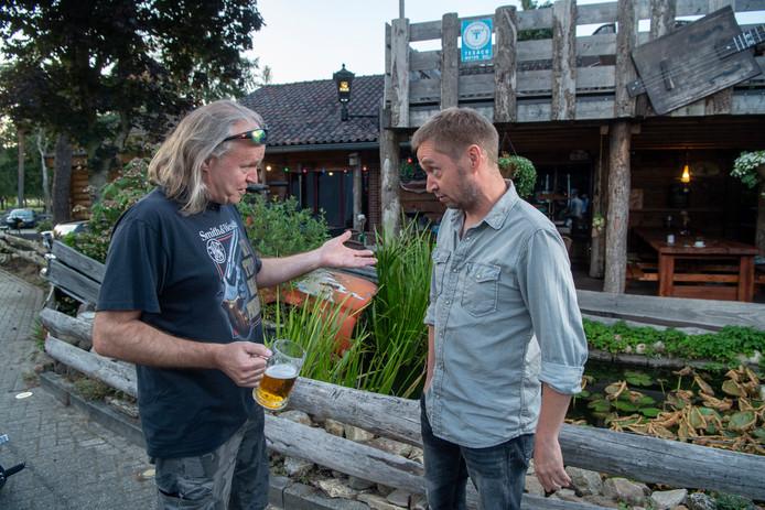 Berthus Westerhuis (links) en zijn biograaf Wouter Groote Schaarsberg. Samen maakten ze een boek over de hardrock- en metalscene.