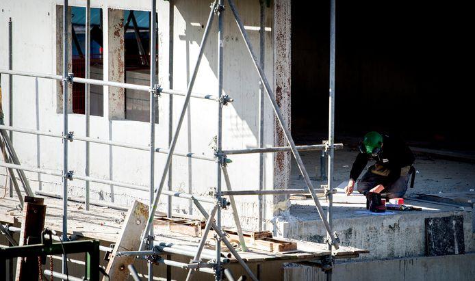 Een bouwvakker aan het werk op een bouwplaats in Utrecht.