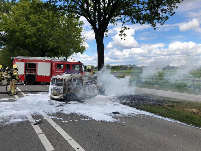 Auto brandt volledig uit op Grote Baan bij Boekel.