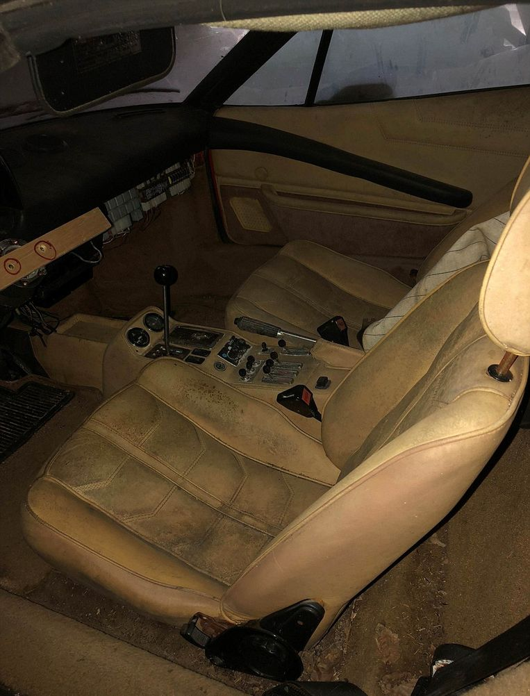 Ook het interieur van de Ferrari is aan vernieuwing toe.