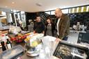 Jay Yskes (rechts) begeleidt Pedro van Orsouw en Malou Rutten in de keuken van Hotel Blue.