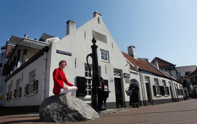 Een archieffoto van Gerdien van den Brand bij de Paulusgasthuisjes.