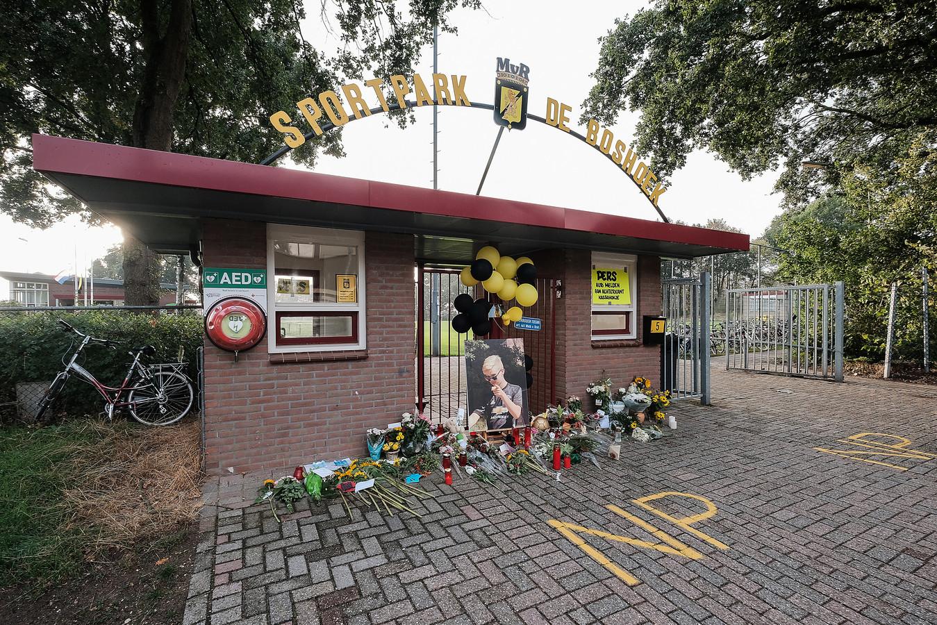 Bloemen bij een portret van Tijmen bij de ingang van het sportpark van MvR.