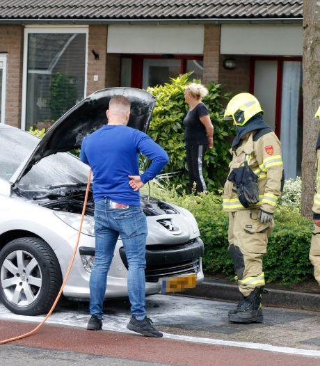 Man krijgt hulp van omstanders bij blussen autobrand in Westervoort
