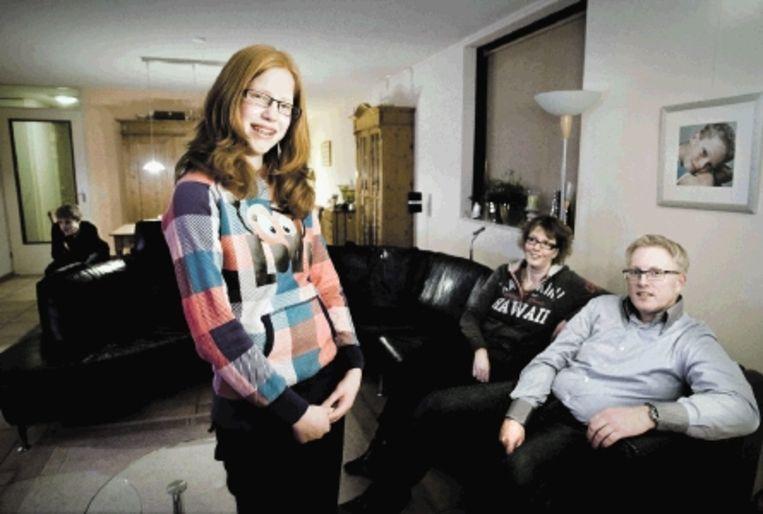 Annemijn Bakker met haar familie. (FOTO KOEN VERHEIJDEN) Beeld