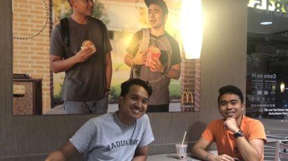 Geniaal: studenten hangen hun eigen McDonald's-poster op in filiaal, na 52 dagen hangt die er nog steeds