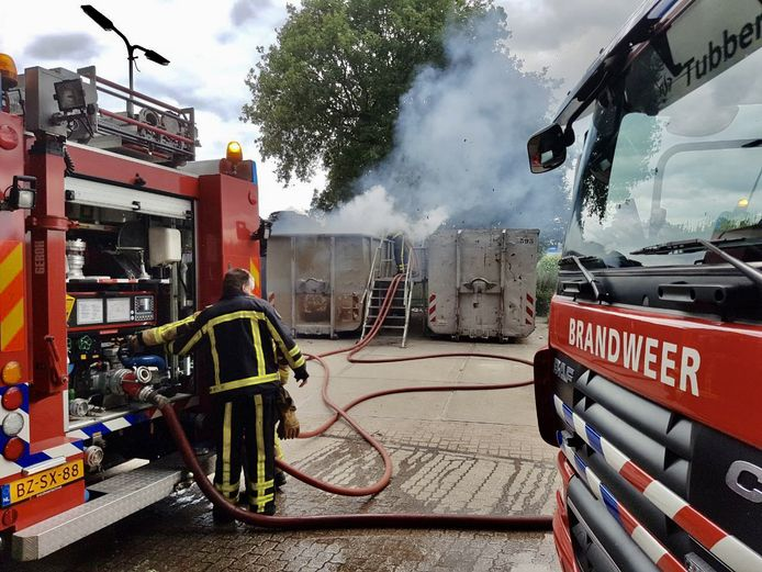 De brandweer heeft het vuur snel onder controle.