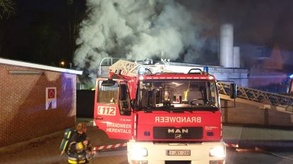 Volledige bakkerij gaat in vlammen op, enorme rookschade in winkelgedeelte en appartement