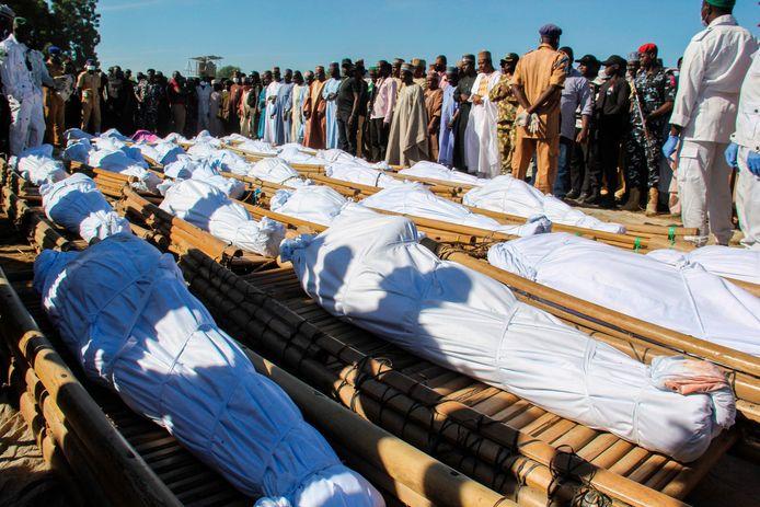 De slachtoffers van de aanval worden begraven door inwoners van Koshobe.