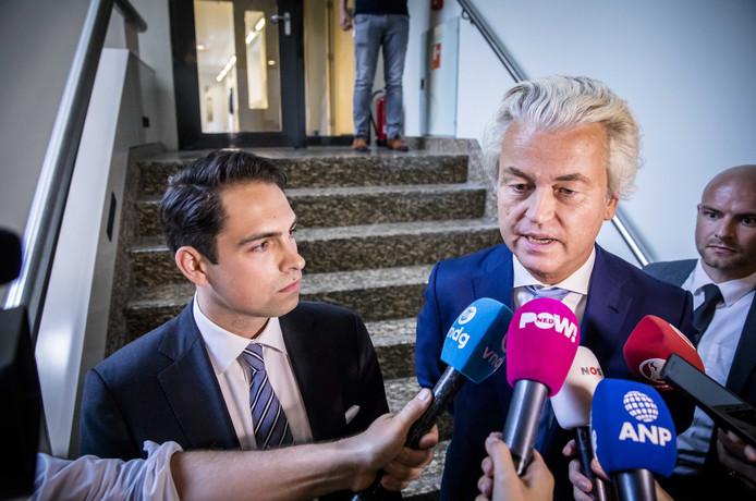 Tom van Grieken, partijvoorzitter van het Vlaams Belang, en PVV-fractievoorzitter Geert Wilders staan de pers te woord na een bijeenkomst in de Tweede Kamer