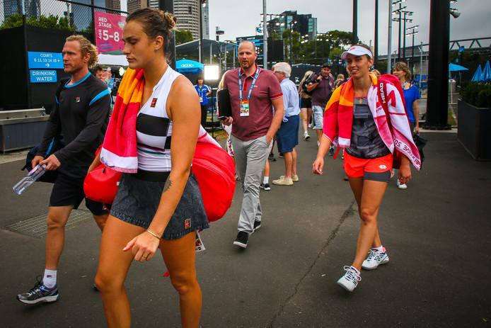 Elise Mertens en Aryna Sabalenka op weg naar de baan.