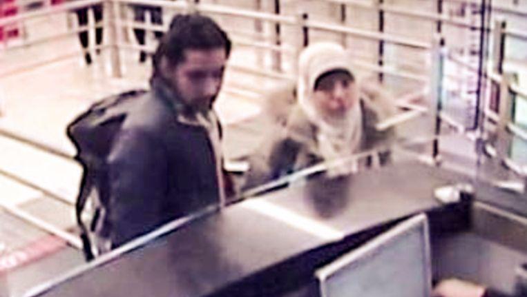 Op dit beeld van een bewakingscamera is Hayat Boumeddiene te zien bij de Turkse douane.