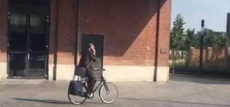 Burgemeester van Enschede betrapt op bellen op de fiets: 'Ik zit fout, punt'