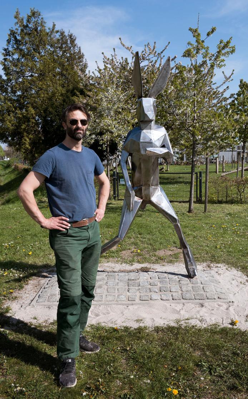 Kunstenaar Jesse van Boheemen, maker van de nieuwe haas in Leidsche Rijn.