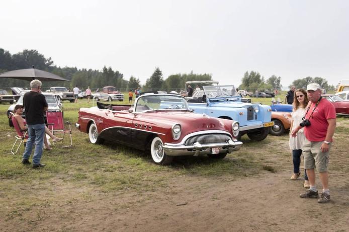 Een beeld van het Moerdijkse Oldtimer Festival van vorig jaar. Van heinde en verre komt publiek af op oude auto's en andere voertuigen. foto edwin wiekens